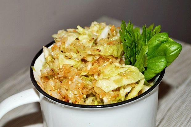 Surówka z białej kapusty,marchewki jabłka i cebuli