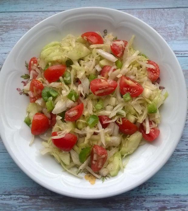Surówka z białej kapusty z kolorowymi warzywami