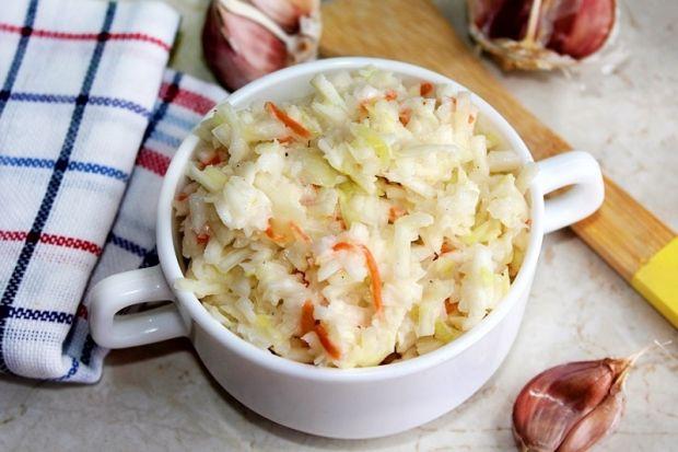 Surówka z białej kapusty z sosem czosnkowym
