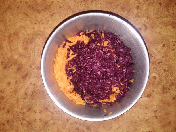 Surówka z fioletowej i pomarańczowej marchewki