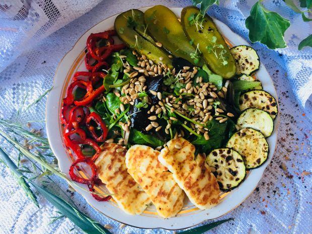 Surówka z halloumi i grillowanymi warzywami