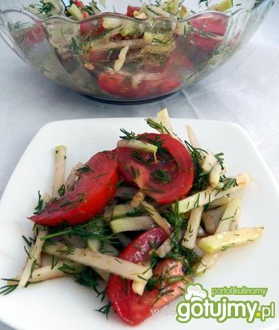 Surówka z kalarepki, pomidora i koperku