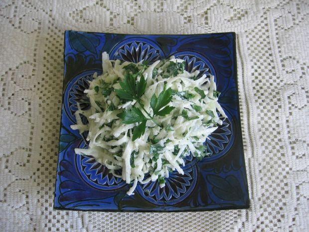 Surówka z kalarepy i natki pietruszki
