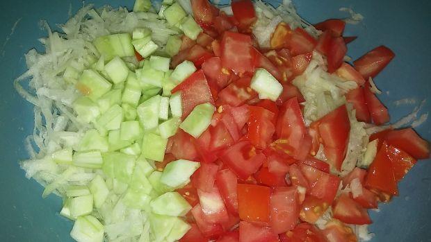 Surówka z kalarepy z pomidorem i ogórkiem