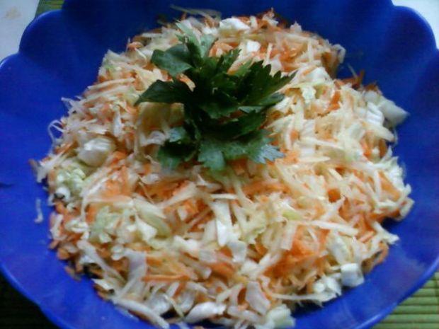 Surówka z kapusty, kalarepki, marchewki