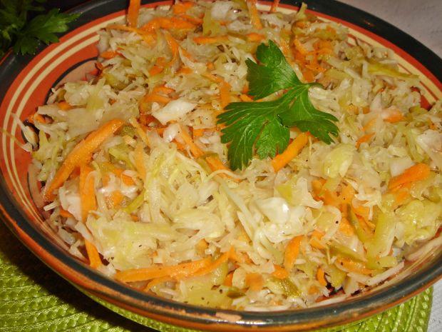 Surówka z kapusty kiszonej z marchewką i ogórkiem
