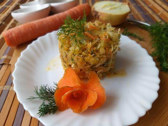 Surówka z kapusty, marchewki i koperku
