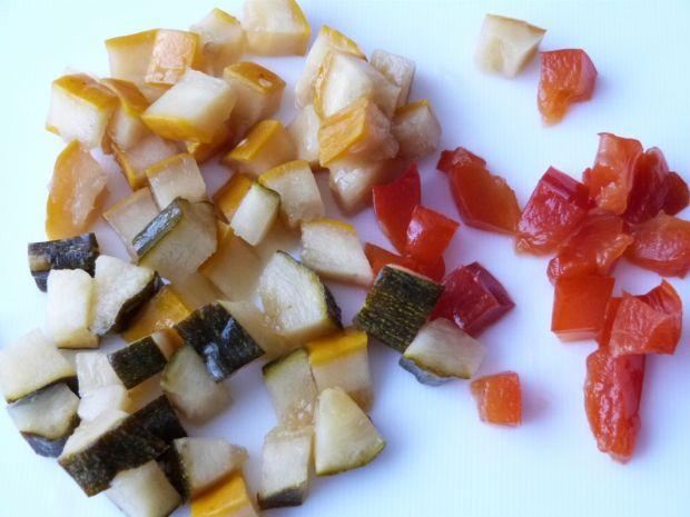 Surówka z kapusty, marynowanej cukinii i papryki