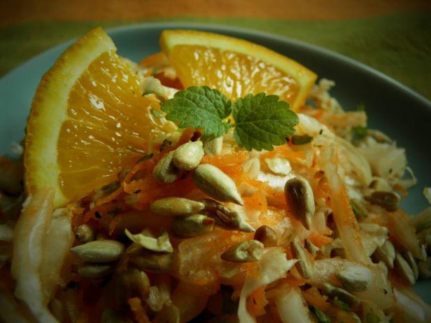Surówka z kapusty pekińskiej, marchewki i melisy