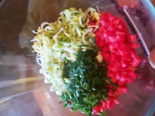 Surówka z kapusty pekińskiej,pora,papryki i ogórka