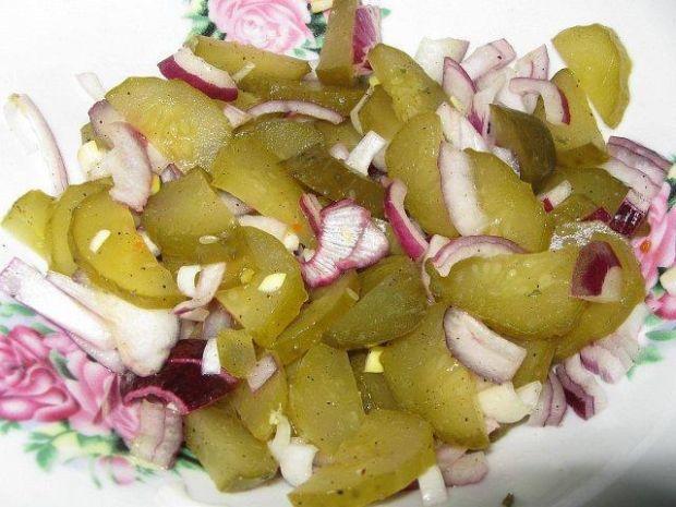 Surówka z kiszonych ogórków i cebuli