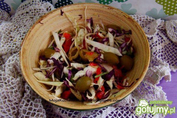 Surówka z kolorowej kapusty  z oliwkami