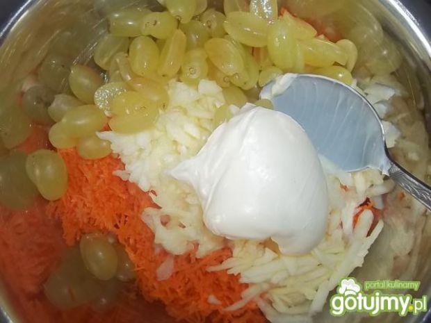 Surówka z marchewki i winogron