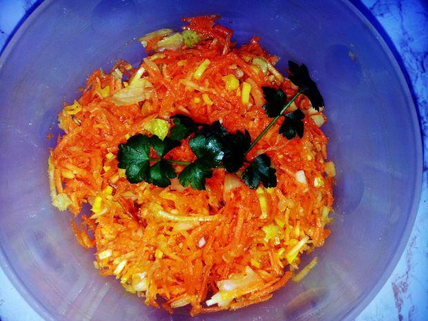 Surówka z marchewki, korzenia pietruszki i sałaty.