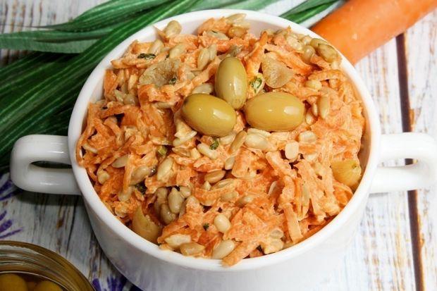 Surówka z marchewki ze słonecznikiem i dereniem