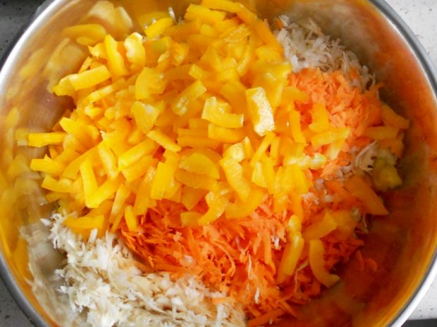 Surówka z marchwi, selera i papryki