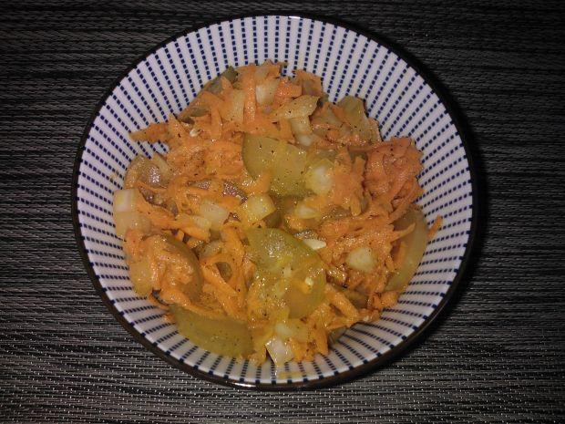 Surówka z ogórka kiszonego i marchewki