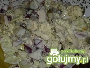 Surówka z pekińskiej z ogórkiem i cebulą