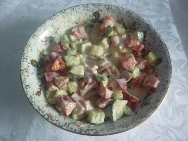 Surówka z pomidora, ogórka i cebuli w sosie czosnk