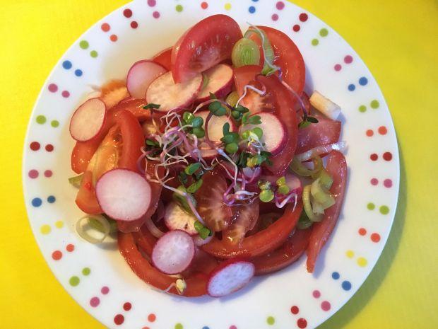 Surówka z pomidorem i rzodkiewką