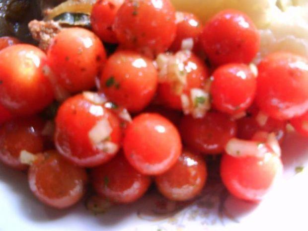 Surówka z pomidorków koktajlowych