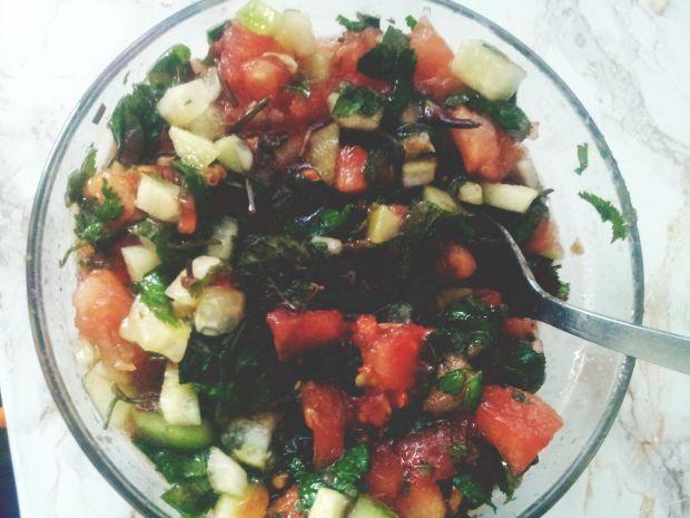 Surówka z pomidorów, ogórków i podagrycznika.