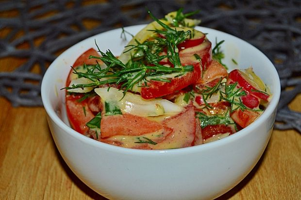 Surówka z pomidorów w sosie jogurtowo-miodowym