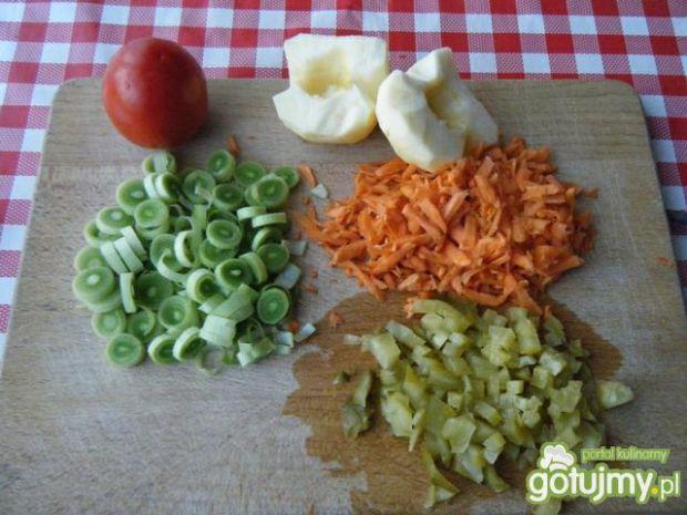 Surówka z pory, jabłka i marchewki.