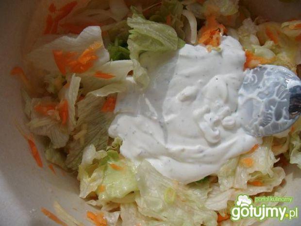 Surówka z sałatą lodową i porem