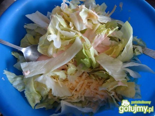 Surówka z sałatą, ogórkiem i serem