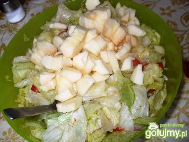 Surówka z sałatą, pomidorkami i jabłkiem