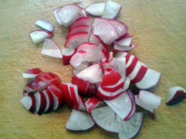 surówka z sałaty ciętej, papryki, rzodkiewki....