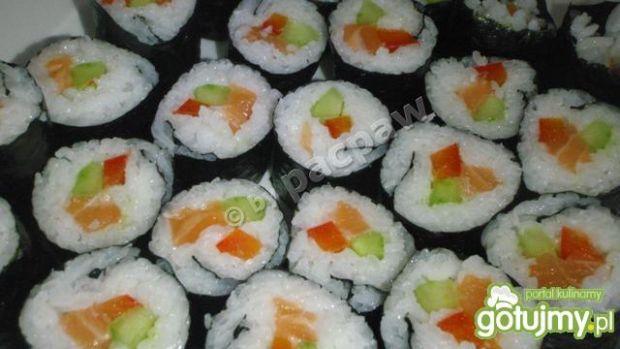 Sushi mąki z papryką ogórkiem i łososiem