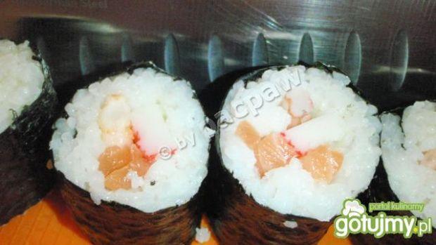 Sushi maki z surimi, łososiem i krewetka