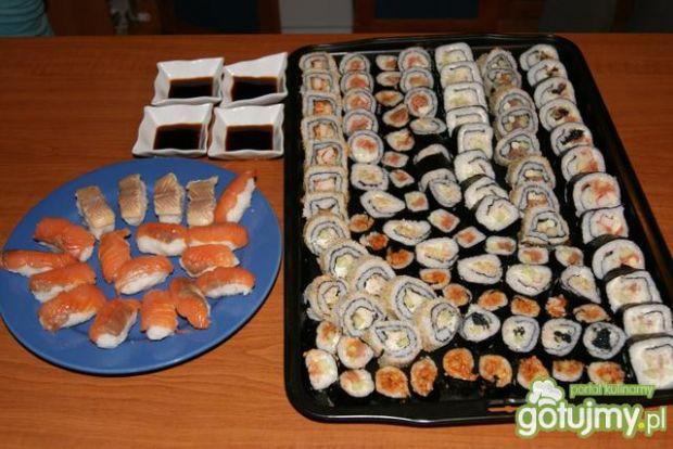 Sushi nigiri z wędzonym pstragiem