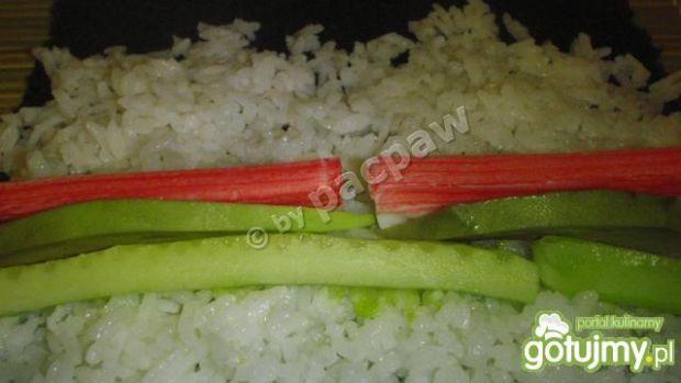Sushi z awokado, ogórkiem i paluszkiem