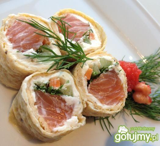 Sushi z łososiem i delikatnym serkiem.