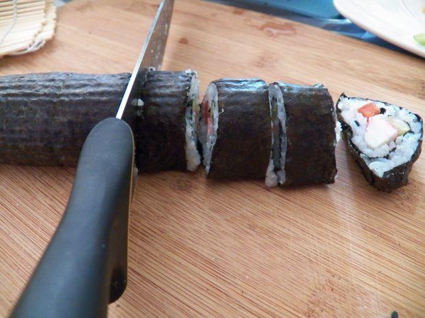 Sushi z paluszkami krabowymi ogórkiem i papryką