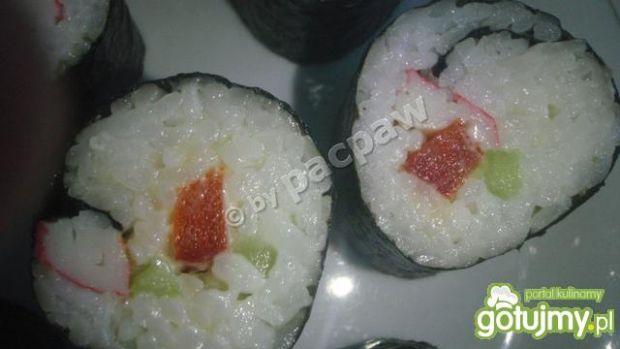 Sushi z paluszkiem krabowym, ogórkiem