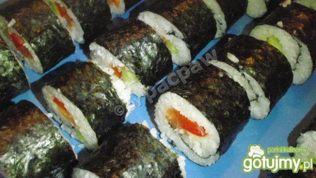 Sushi z papryką czerwoną, ogórkiem