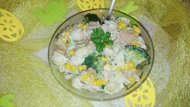 Świąteczne sałatka z brokułem i tuńczykiem