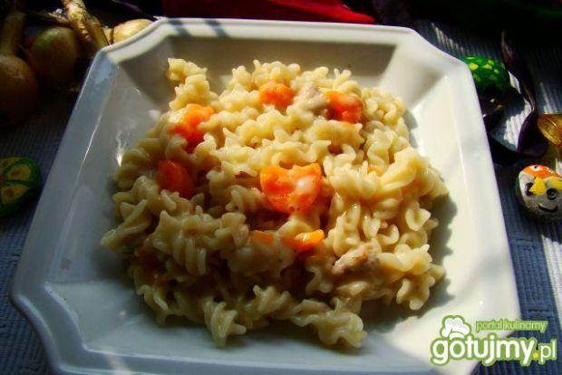 Świderki z sosem białym z marchewką