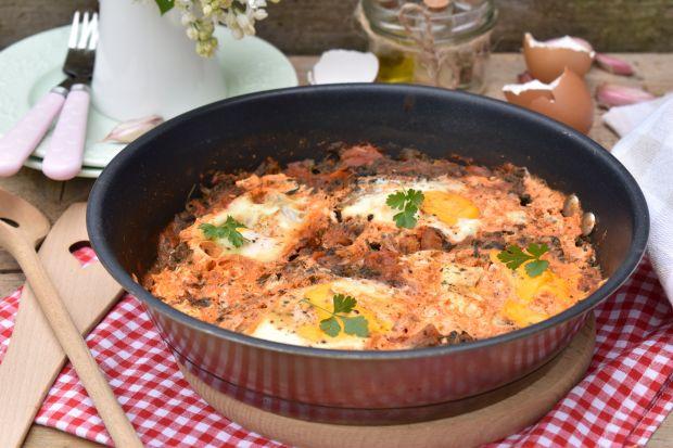 Szakszuka z pomidorami, szpinakiem i jajkiem