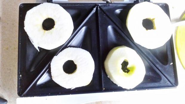 Szarlotka w szkle z grill. jabłek z miętowym pudre