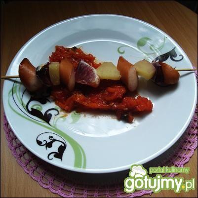 Szaszłyk z parówki w marchewkowym leczo