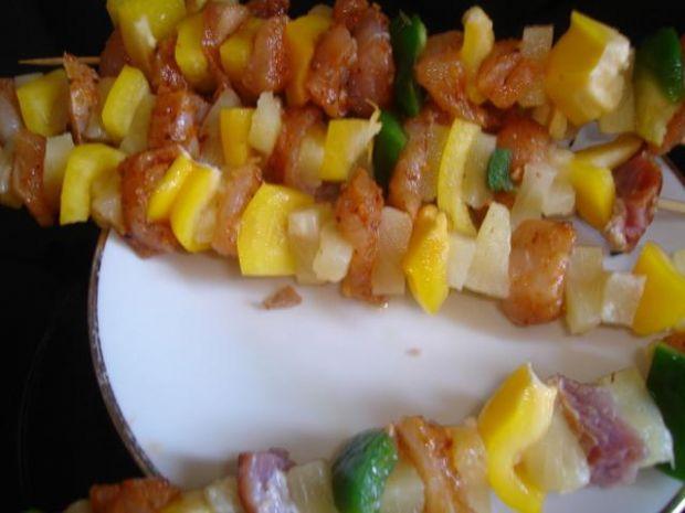 Szaszłyki z ananasem i papryką
