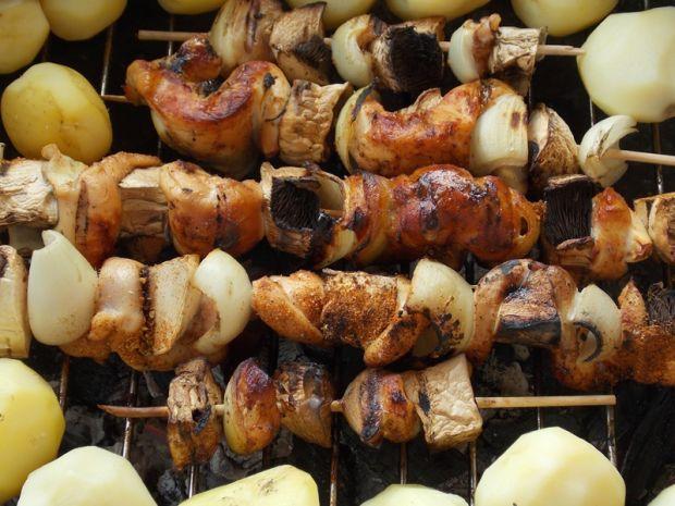 Szaszłyki z falbanek fileta z pieczarkami i cebulą