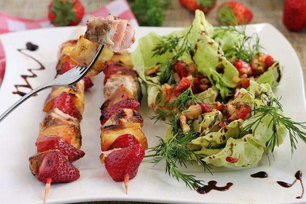 Szaszłyki z łososia z salsą truskawkową