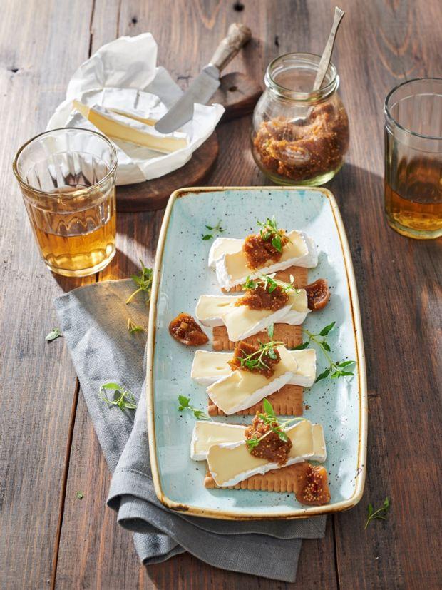 Sznytki z serem camembert i konfiturą figową