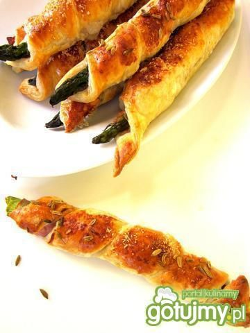 Szparagi w cieście francuskim - Smaczne chrupiące zawijaski z ciasta francuskiego ze szparagami i szynką